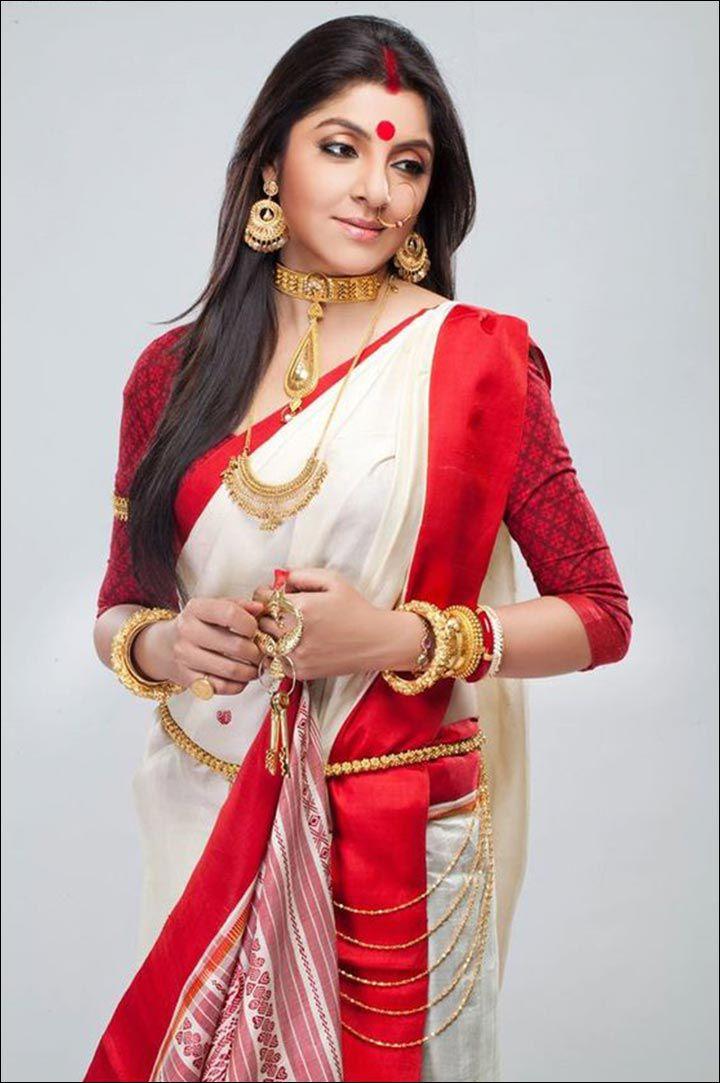 bengali bride wearing shakha and pola