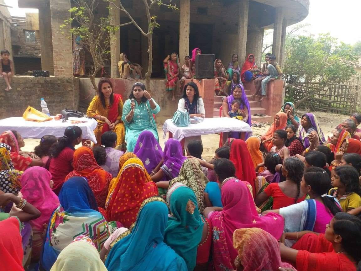 amrita educating woman about usage of menstrual pads