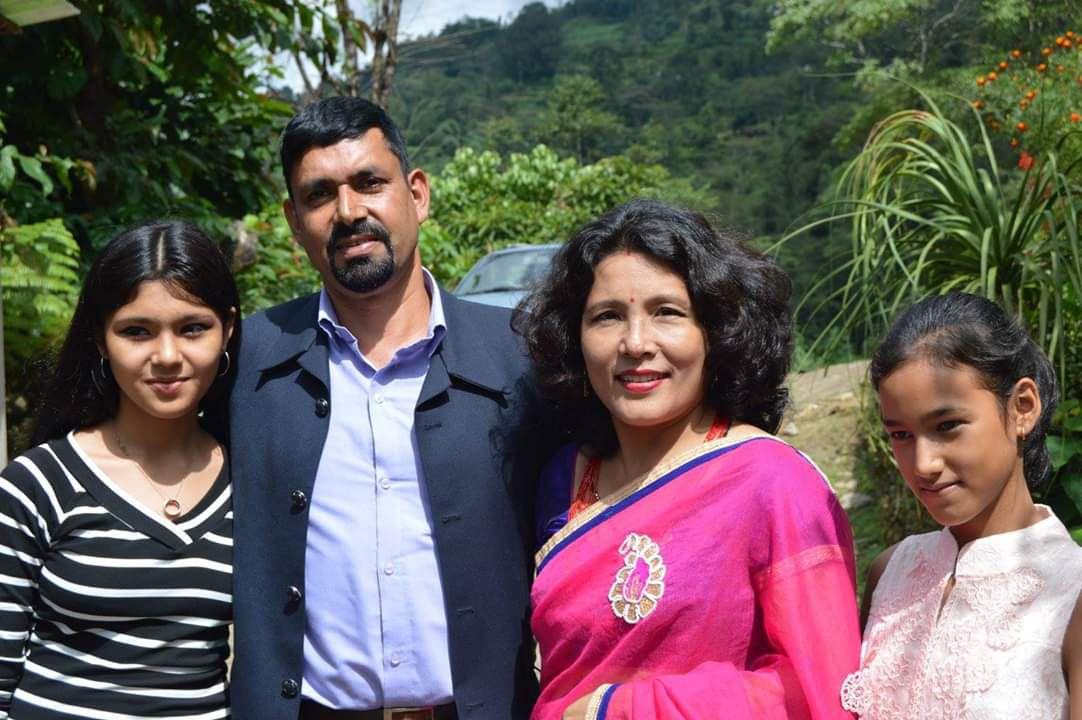 mala nirola with husband and daughters