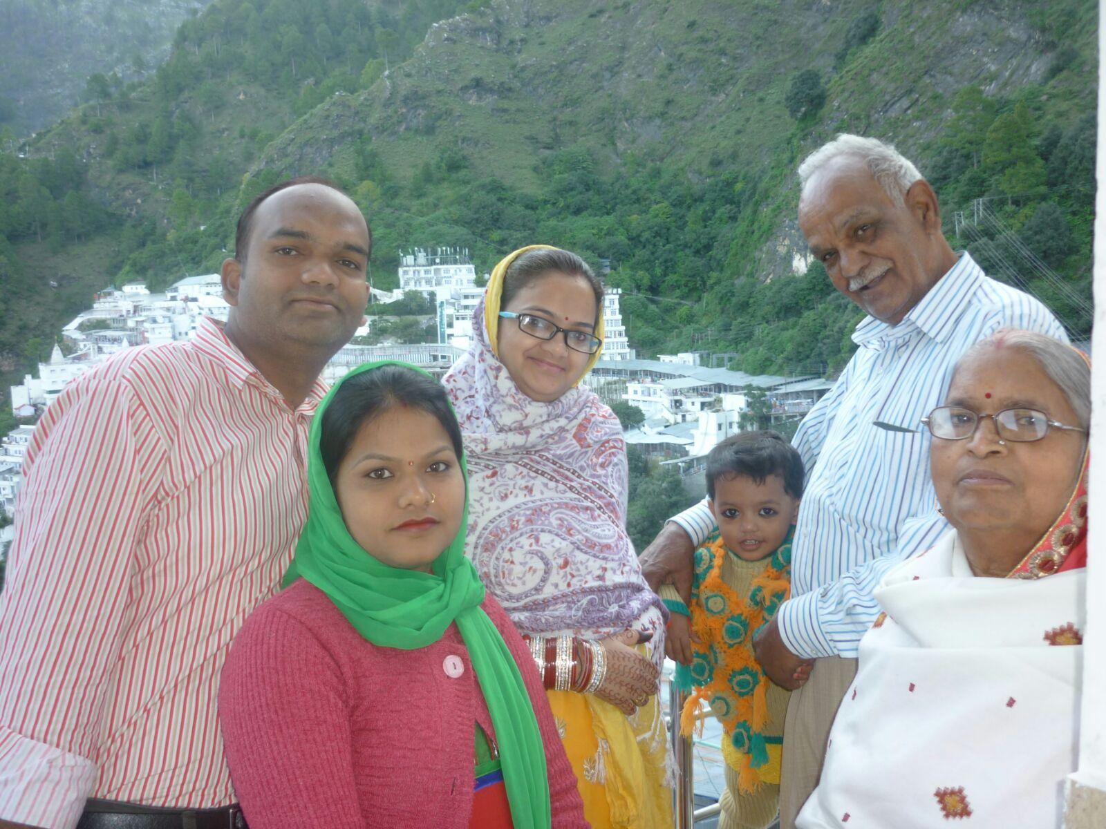 pregnant rekha with family